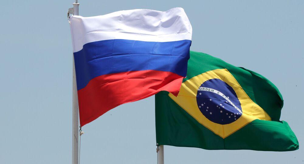 Las banderas de Brasil y Rusia