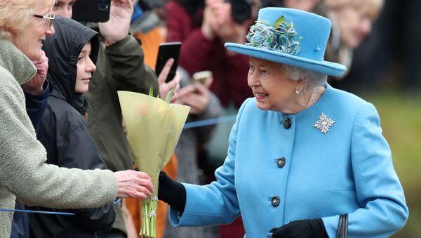 La reina Isabel II de Inglaterra en su primera aparición oficial depués de que su nieto, Enrique, y su esposa, Meghan, anunciaran que renunciaban a sus deberes reales - Sputnik Mundo