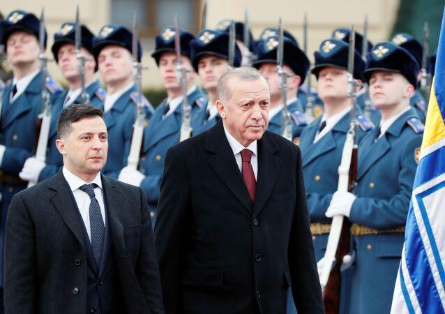 El presidente de Ucrania, Volodímir Zelenski, junto a su homólogo turco, Recep Tayyip Erdogan