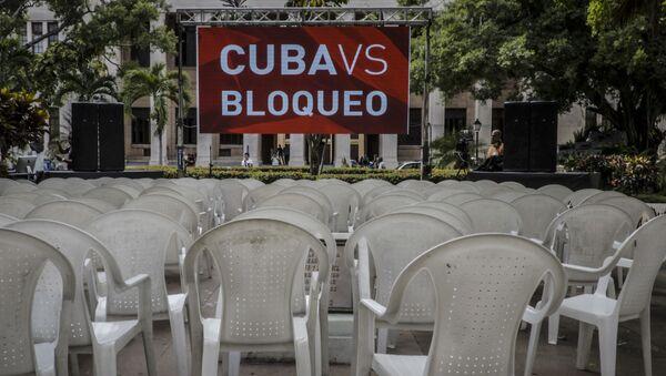 Una pancarta contra el bloqueo de EEUU a Cuba - Sputnik Mundo