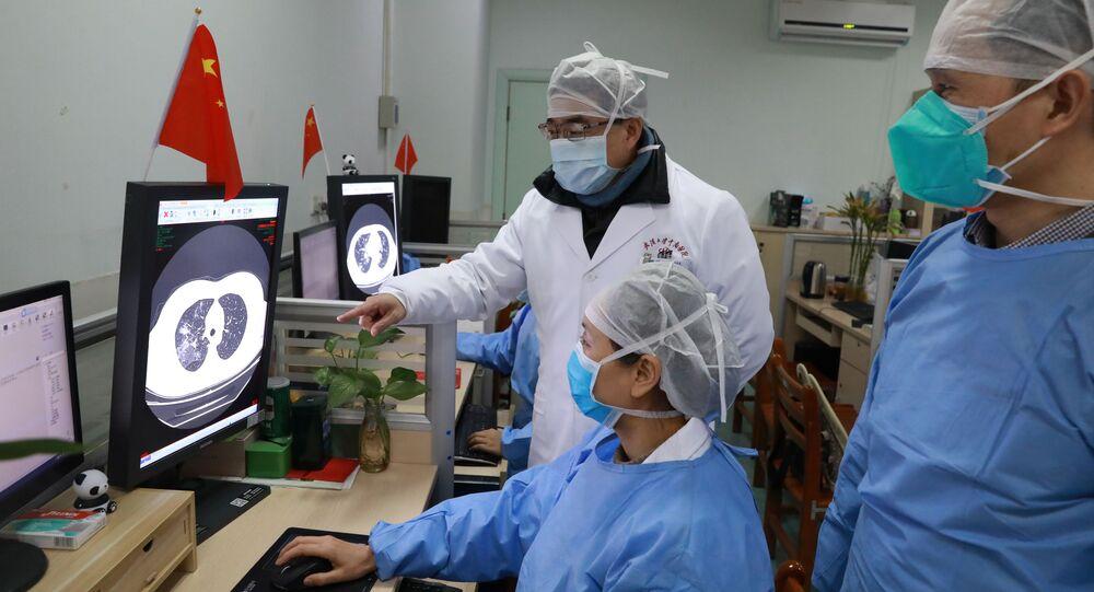 Médicos del hospital de Zhongnan en Wuhan observando la tomografía de un paciente
