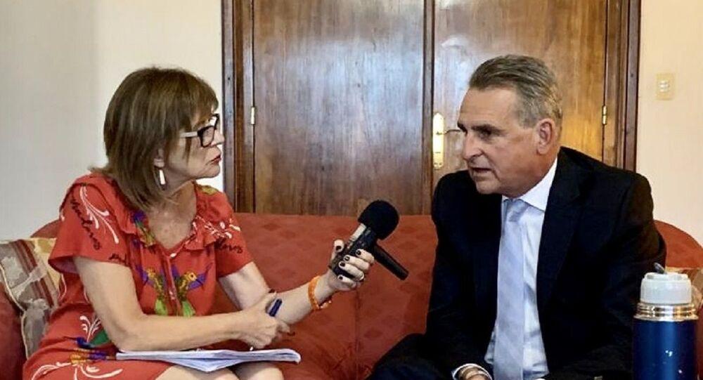Periodista de Sputnik Telma Luzzani y el ministro de Defensa argentino, Agustín Rossi