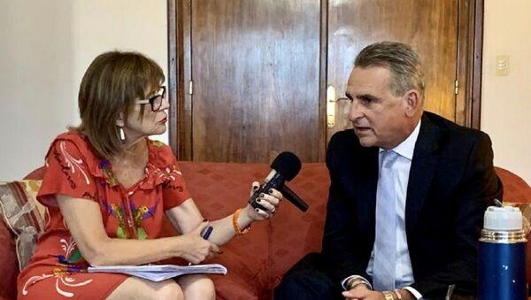 Periodista de Sputnik Telma Luzzani y el ministro de Defensa argentino, Agustín Rossi - Sputnik Mundo