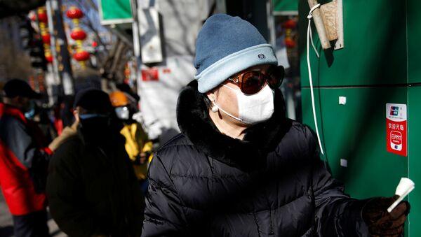 Una mujer con mascarilla en China - Sputnik Mundo