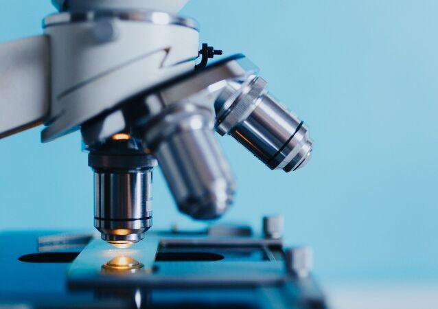 Un microscopio, referencial