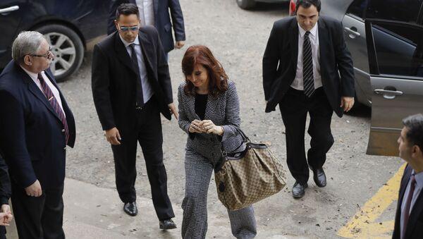Cristina Fernández de Kirchner ingresando a un juzgado durante una comparecencia judicial - Sputnik Mundo