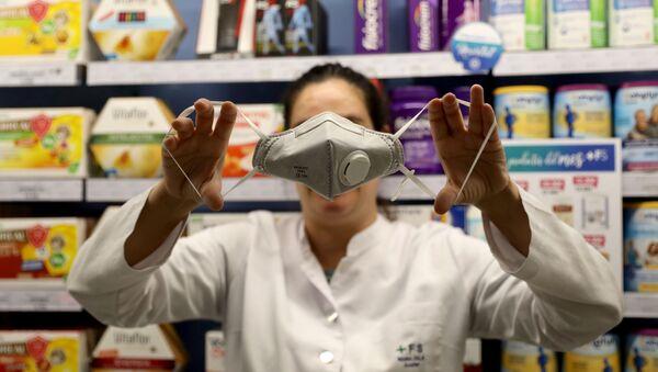 Una mascarilla especial en una farmacia de Barcelona, España - Sputnik Mundo