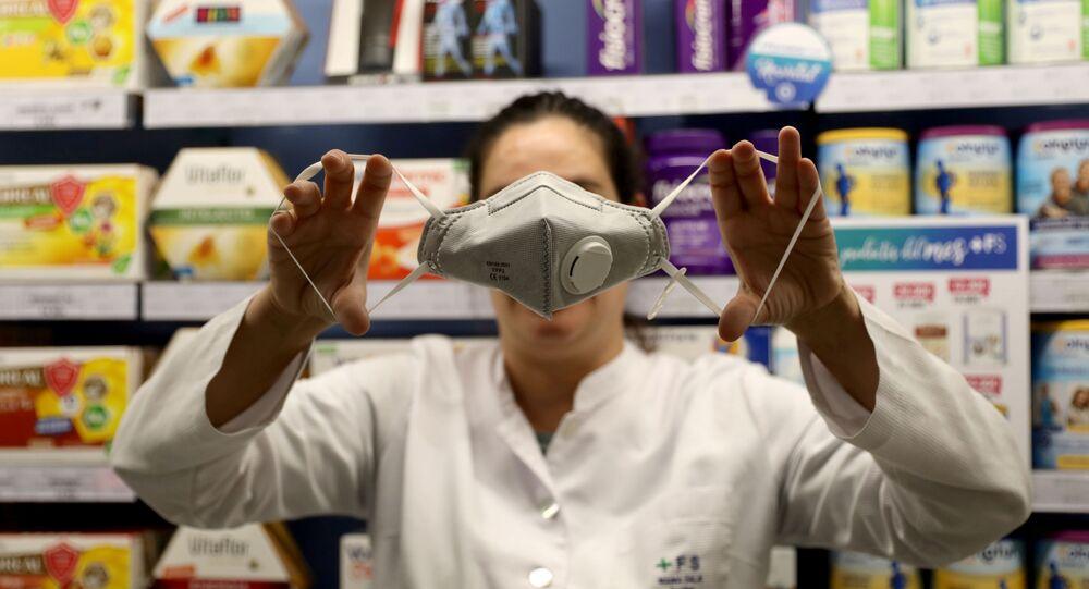 Una mascarilla especial en una farmacia de Barcelona, España