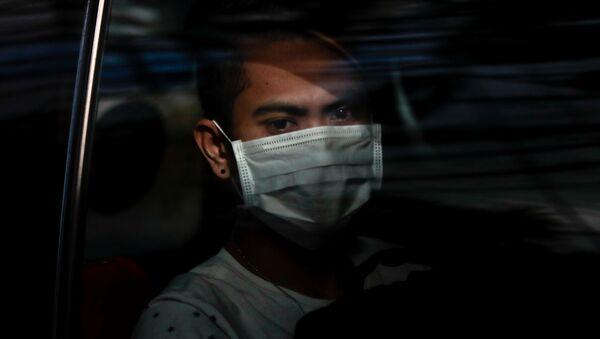 Un filipino con una mascarilla - Sputnik Mundo