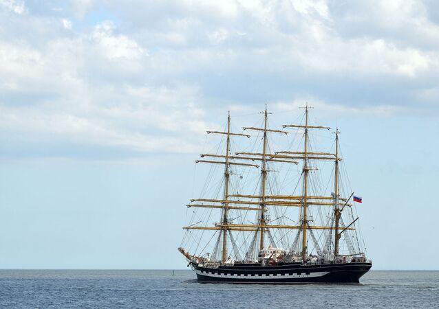 El velero ruso  Kruzenshtern sale del puerto de Montevideo rumbo a la ciudad argentina de Ushuaia
