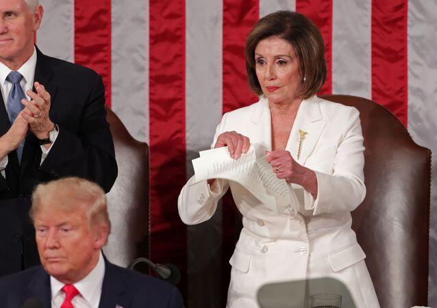 Nancy Pelosi, presidenta de la Cámara de Representantes de EEUU, rompe una cópia del discurso del presidente, Donald Trump