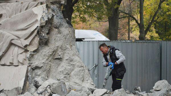 Demolición de un monumento a los soldados del Ejército Rojo en Varsovia, Polonia - Sputnik Mundo