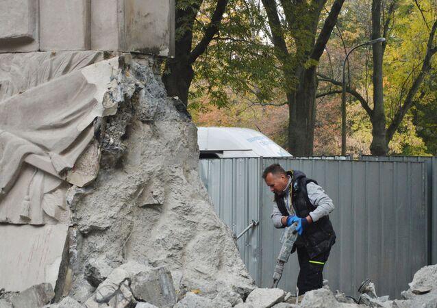 Demolición de un monumento a los soldados del Ejército Rojo en Varsovia, Polonia