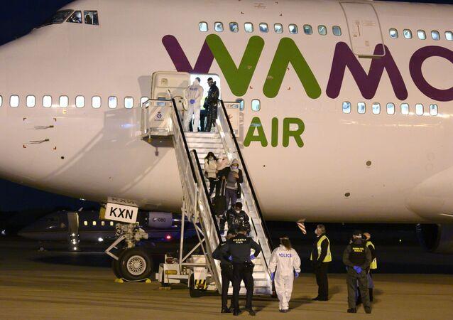 Los repatriados españoles llegan al aeropuerto de Torrejón de Ardoz desde Wuhan