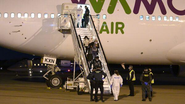 Los repatriados españoles llegan al aeropuerto de Torrejón de Ardoz desde Wuhan - Sputnik Mundo