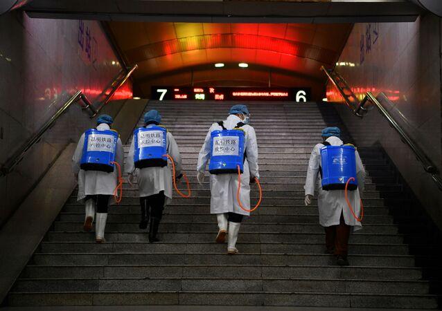 Los chinos con equipos de desinfección