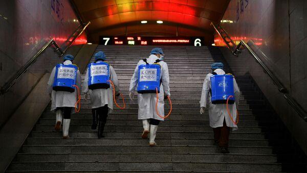 Los chinos con equipos de desinfección - Sputnik Mundo