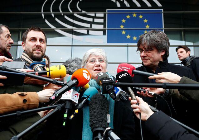 Clara Ponsatí, la exconsejera catalana, habla a los medios fuera del Parlamento Europeo en Bruselas