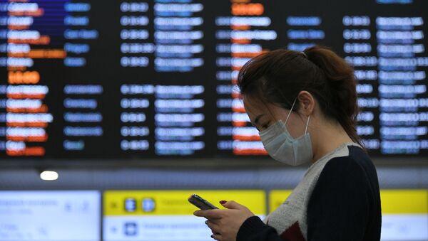 Una chica con máscarilla en el aeropuerto de Sheremetievo, Rusia - Sputnik Mundo