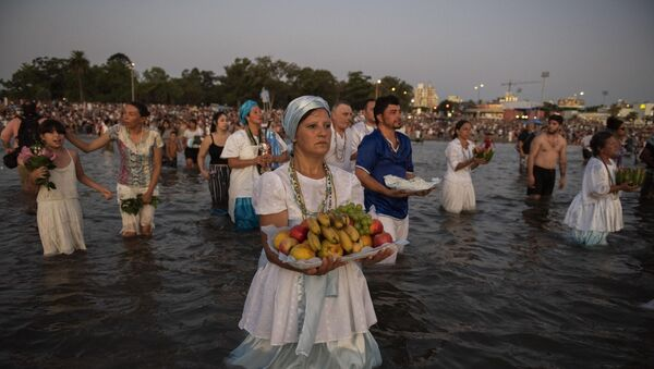 Celebración de Iemanjá el 2 de febrero en una playa de Montevideo, Uruguay - Sputnik Mundo