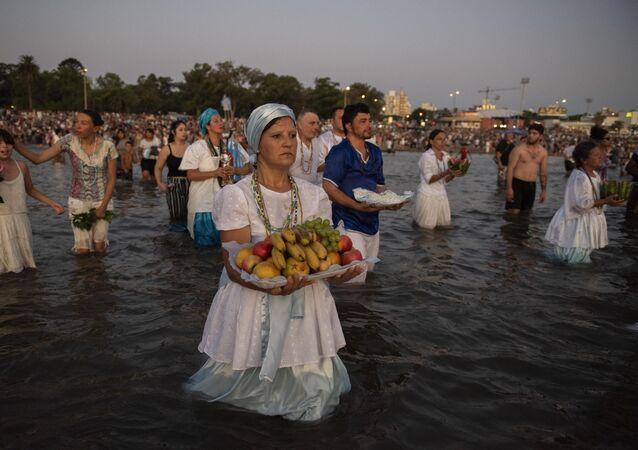 Celebración de Iemanjá el 2 de febrero en una playa de Montevideo, Uruguay