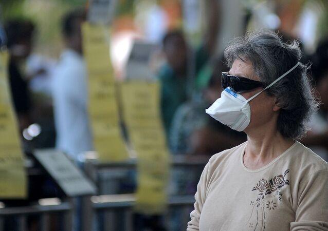 Una mujer con máscara