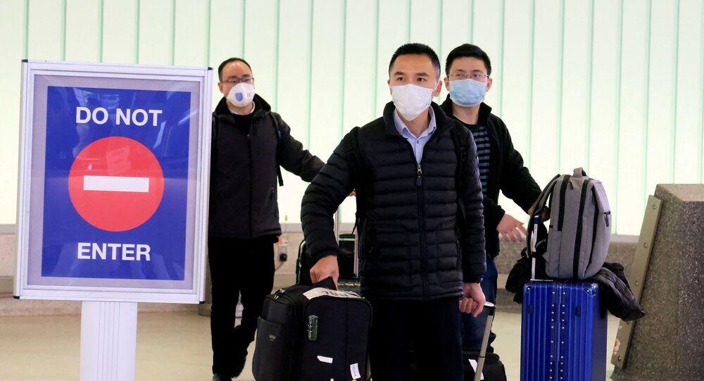 Unos chinos en mascarillas durante expansión del coronavirus