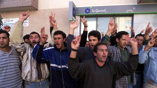 Varias personas protestan en El Ejido por los ataques xenófobos del 6 de febrero de 2000. - Sputnik Mundo