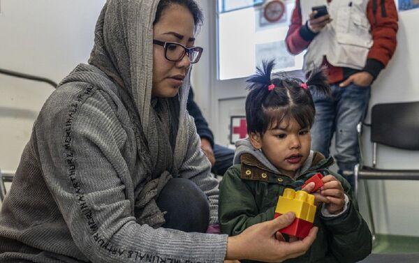 En campo de Moria hay más de 140 niños enfermos que necesitan atención en hospitales - Sputnik Mundo