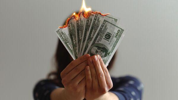 Dólares estadounidenses en llamas (imagen referencial) - Sputnik Mundo