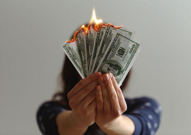 Dólares estadounidenses en llamas (imagen referencial)