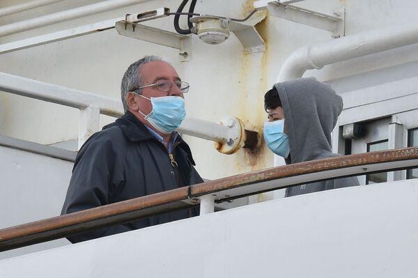 Пассажиры в медицинских масках на борту круизного лайнера Diamond Princes, помещенного в карантин у японского порта Йокогама - Sputnik Mundo