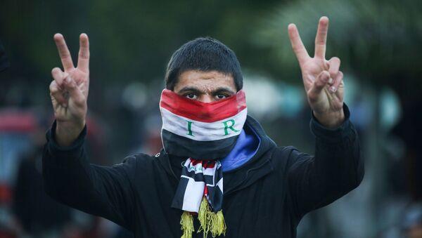 Manifestante iraquí en Bagdad durante las protestas antigubernamentales - Sputnik Mundo
