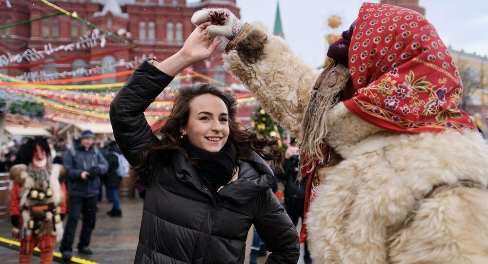Una chica en la Plaza Manezhnaya en Moscú, Rusia