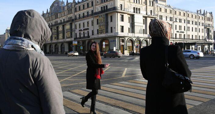 Una chica cerca del Hotel Metropol en Moscú, Rusia