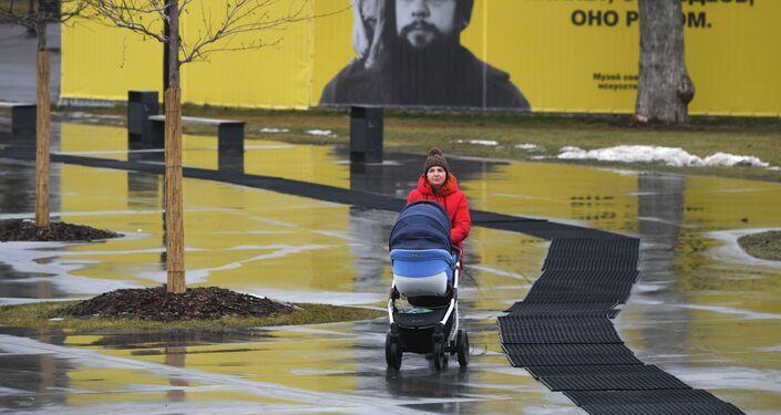 Una mujer cerca del parque Gorkiy en Moscú en enero 2020