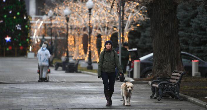 Una mujer en el parque Gorky en enero 2020 en Moscú