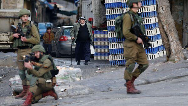 Un palestino y los soldados israelíes  - Sputnik Mundo