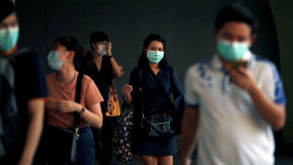La gente lleva tapabocas para no contagiarse del coronavirus - Sputnik Mundo