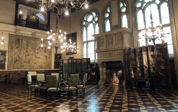 El Gran Hall destaca por su doble altura, sus tapices y piezas del siglo XVI y su estilo renacentista - Sputnik Mundo