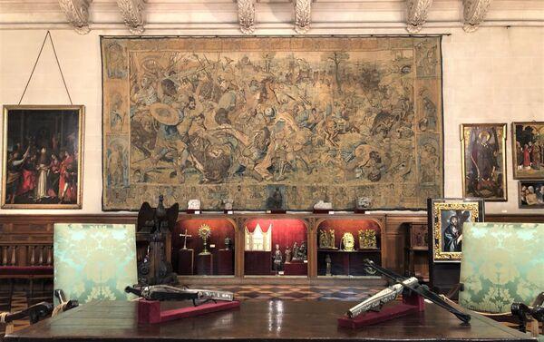 Piezas exhibidas en el museo, con tapiz del fondo - Sputnik Mundo