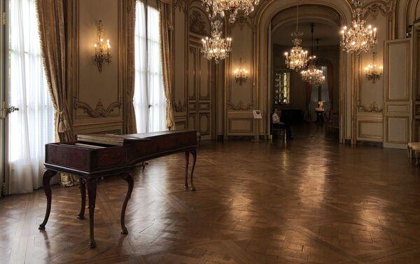 El salón de baile está diseñado al estilo Regencia, del siglo XVIII - Sputnik Mundo