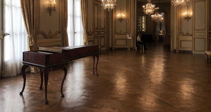 El salón de baile está diseñado al estilo Regencia, del siglo XVIII