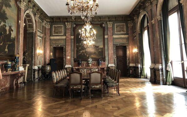 El salón comedor tiene influencias del estilo barroco francés utilizados en algunos salones de Versalles - Sputnik Mundo