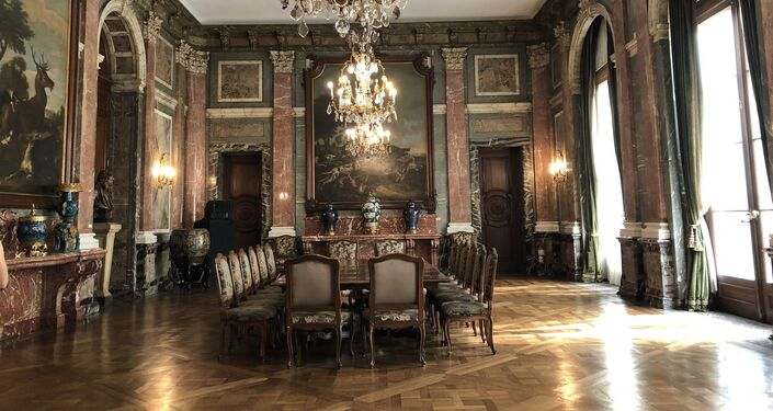 El salón comedor tiene influencias del estilo barroco francés utilizados en algunos salones de Versalles