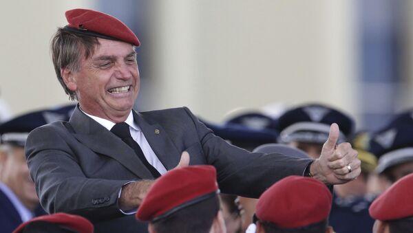 El presidente de Brasil Jair Bolsonaro celebra junto a efectivos militares - Sputnik Mundo