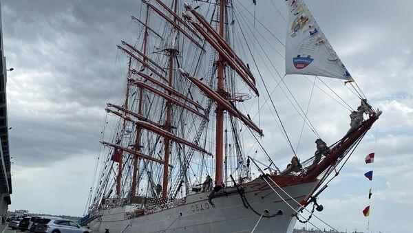 El velero ruso Sedov, que cuenta con 117,5 metros de eslora y logra alcanzar una velocidad de casi 19 kilómetros por hora. - Sputnik Mundo