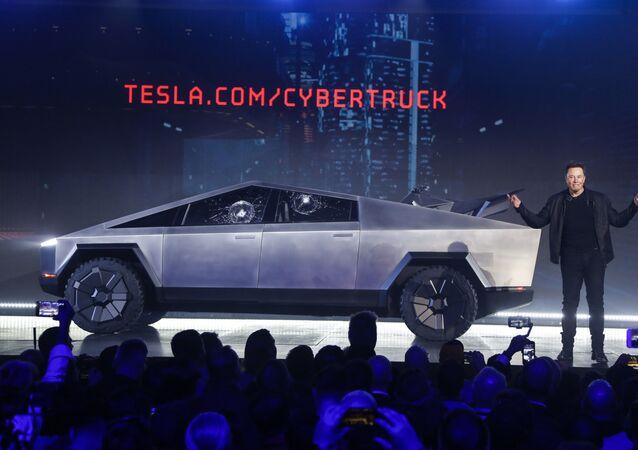 Elon Musk con el Cybertruck