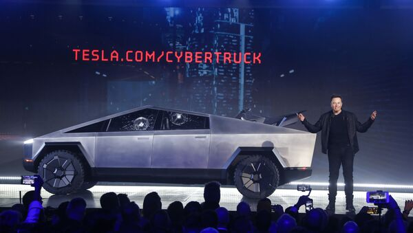 Elon Musk con el Cybertruck - Sputnik Mundo