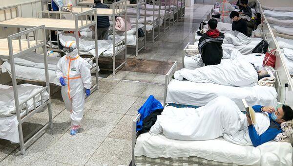 Los médicos chinos atienden a pacientes con coronavirus en Wuhan - Sputnik Mundo